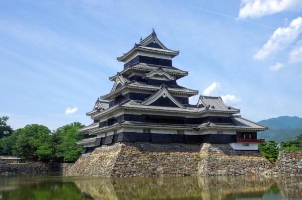 松本城は軟弱地盤の上に築かれているため高石垣にできなかった