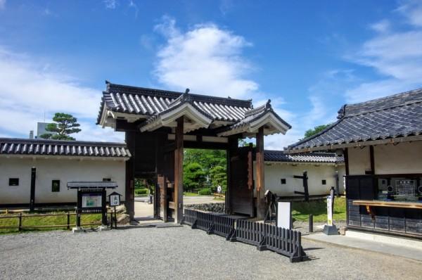 二本の控柱にそれぞれ屋根を持つのが高麗門形式の特徴