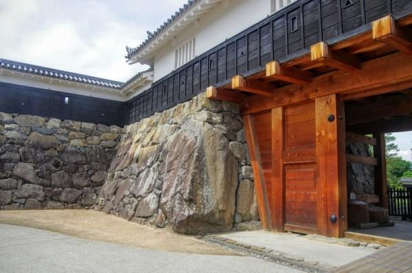 松本城最大の石で、松本城の東にある岡田か山辺から持ってきた巨石