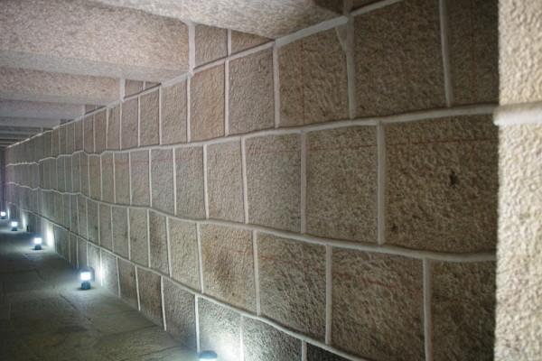 天井・床・壁が全て硬い花崗岩で造られ、最下部には通気口があった