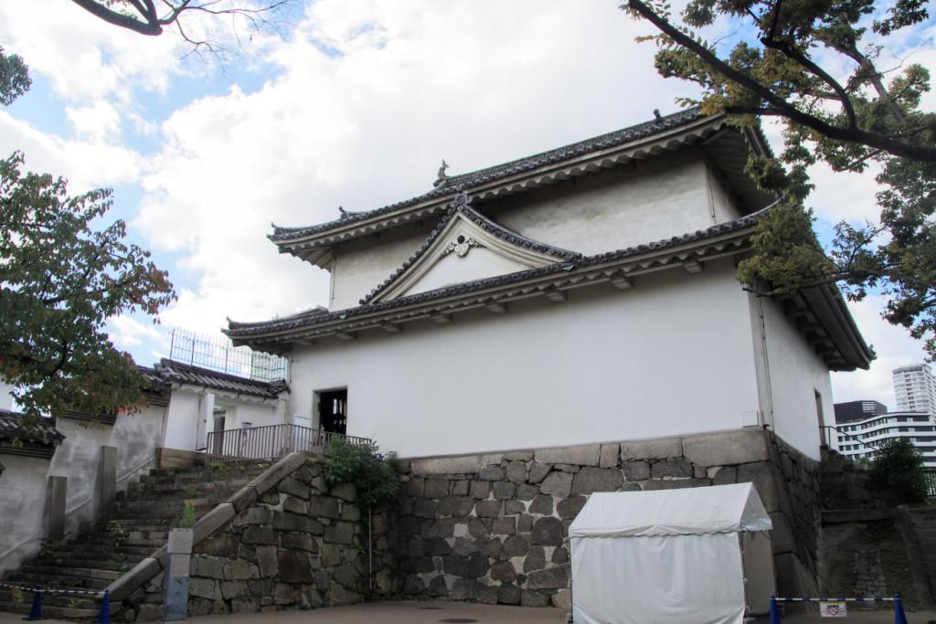 大手口枡形の渡櫓門とは左手の北方塀の奥で繋がっており、台座石垣は石と石の間がモルタルで塗り固められていた
