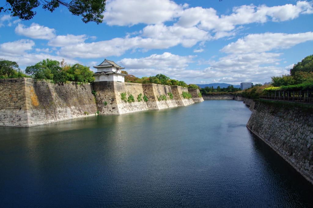 石垣の総延長は約2㎞、堀の最大幅は約75mで、往時は奥の玉造口から大手口まで七基の隅櫓が建っていた