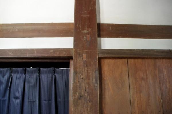 各柱の同じ位置にはホゾ穴を埋めた跡(矩形部分)が残っていた