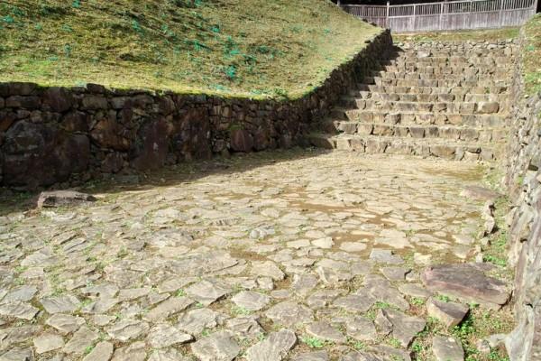 虎口の踊り場から櫓門規模の礎石が発掘された