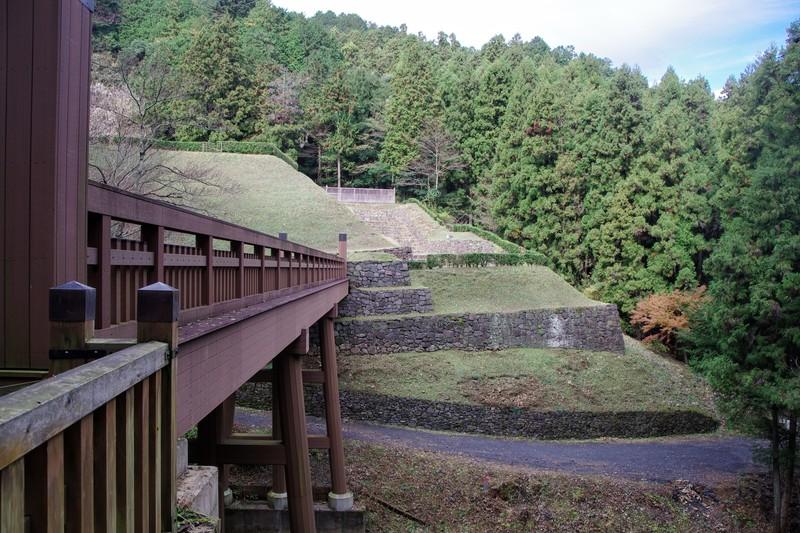 八王子城の大手道から「新しい」曳橋ごしに眺めた御主殿虎口