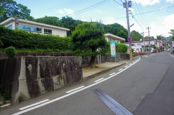 堀と共に久保丁口に築造された大手門(櫓門)で「坂下門」ともいった