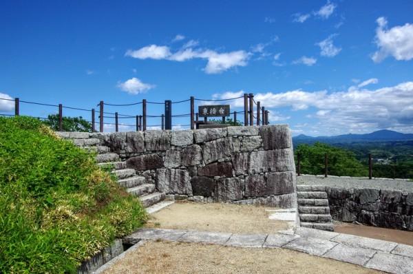 天守台の両翼にあたる西隅と東隅で復元された櫓台の一つ