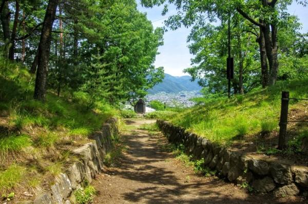 正面の歌碑が建つところから松本城も見下ろすことができた