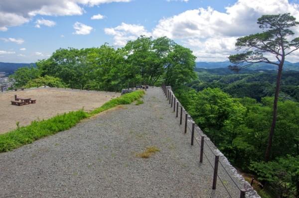 天守台を中心に西と東の櫓台までそれぞれ土塁が築かれていた