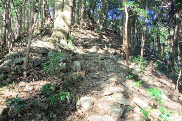 詰城へ向かって急斜面な登り坂になった