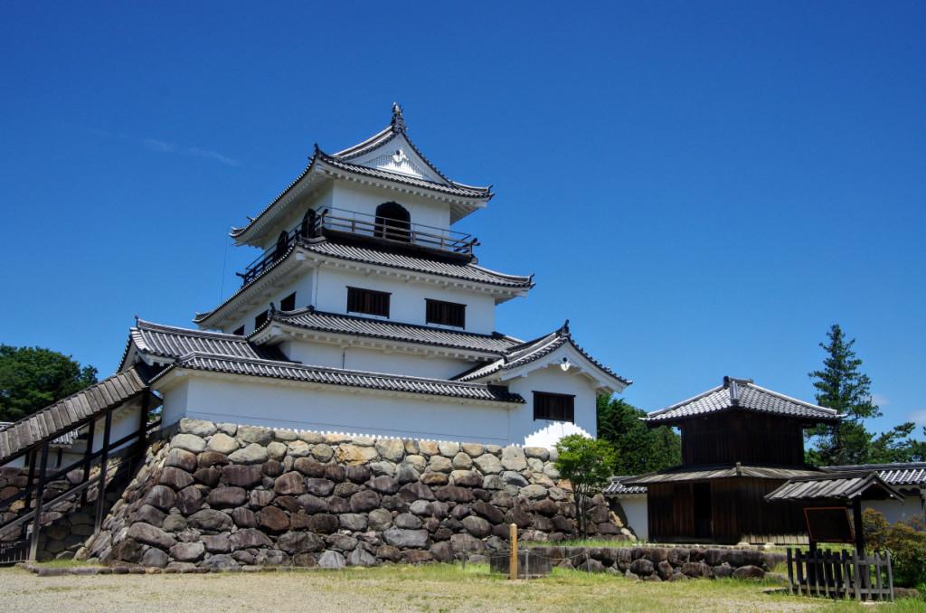 本丸東側から眺めた大櫓と本丸井戸と鐘堂で、大櫓の一階には附櫓もあり、櫓を囲むように犬走りが設けられた