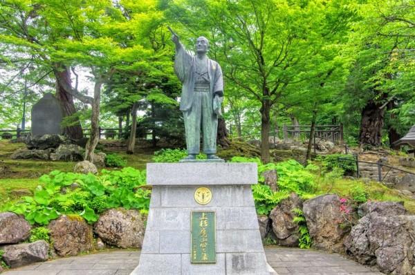 平成4(1992)年に米沢ライオンズクラブ発足25周年を記念して建立された