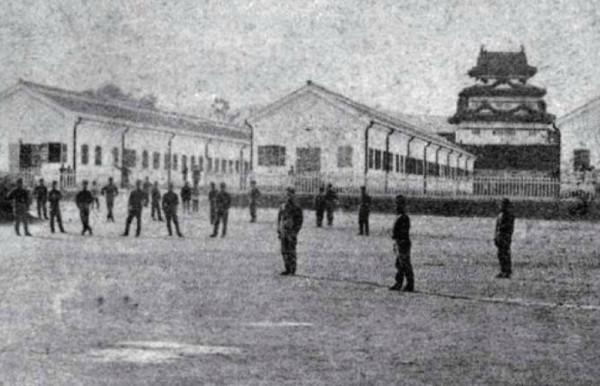 手前の建物は東京鎮台(旧帝国陸軍)高崎分営の兵舎