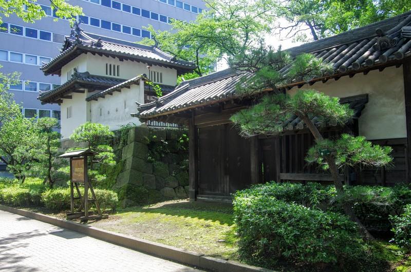 和田城のあとに築かれた高崎城跡には土塁と乾櫓・東御門が残るのみである