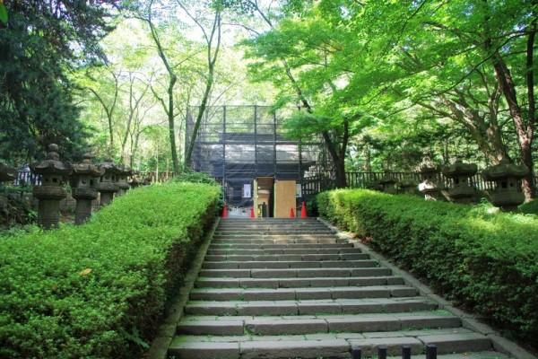 石段を登って、工事中の涅槃門をくぐると感仙殿と善応殿がある