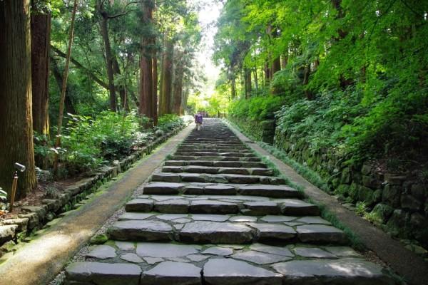 瑞鳳殿へ向かって伸びる、いわゆる「上り」の石段