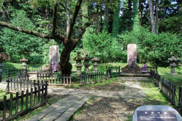 右手奥が九代藩主周宗の墓