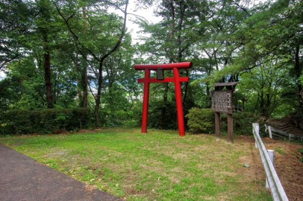 この曲輪跡には弁天(宗像)神社と御水神社と云う二つの祠が建つ
