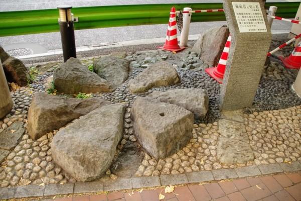 大名屋敷の石組溝(排水溝)に使われた間知石《けんちいし》と切石