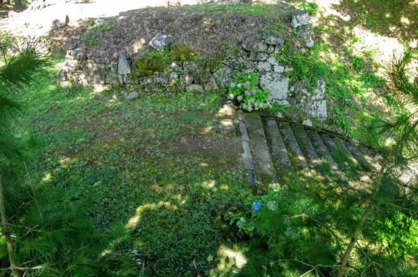 一方の櫓門n台座石垣の上から見たところで、左手が二ノ郭跡