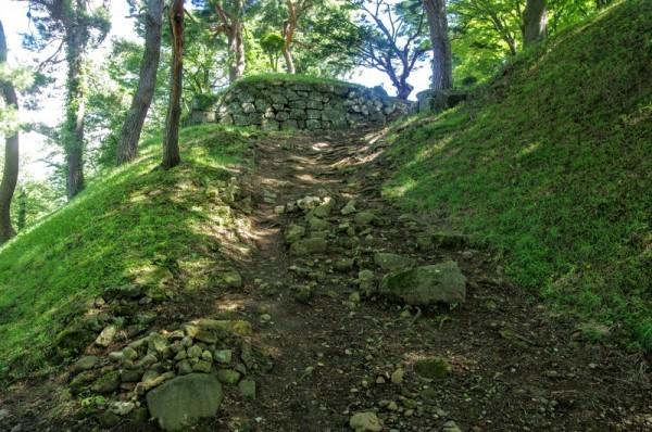 往時の排水用石積や階段の踏面石が散乱しているのがわかる