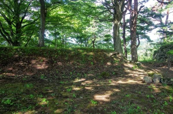 本郭の南側を守備する二ノ郭は土塁に囲まれていた