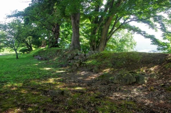 本郭の周囲を巡る土塁には腰巻石垣や雁木などが設けられていた