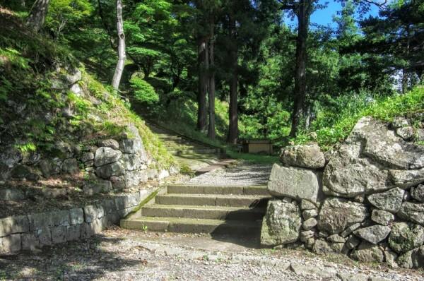 桝形虎口を抜けて二ノ郭へ向かう前に多聞櫓が建つ門をくぐることになる