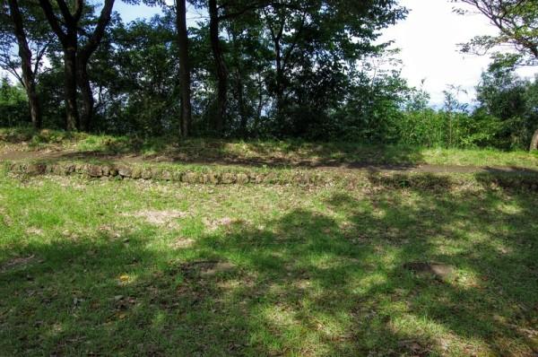 城の北側の防備を険しく見せるために石塁の上に築地塀あったらしい