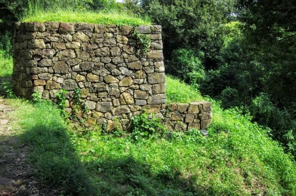 この基壇城石垣は顎のように下側が突き出た形をしている