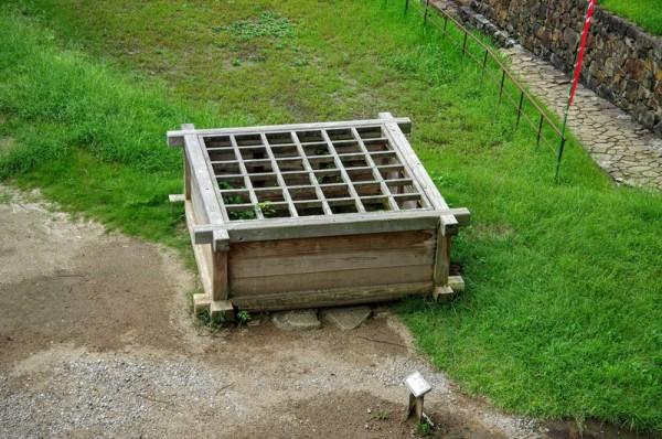 井戸底には補強のための木枠が残り、現在も水が満たされていた