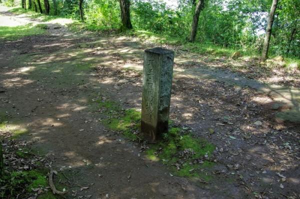 左手奥には物見台があり、幅約1.2mの石塁が約72mにわたって発見された
