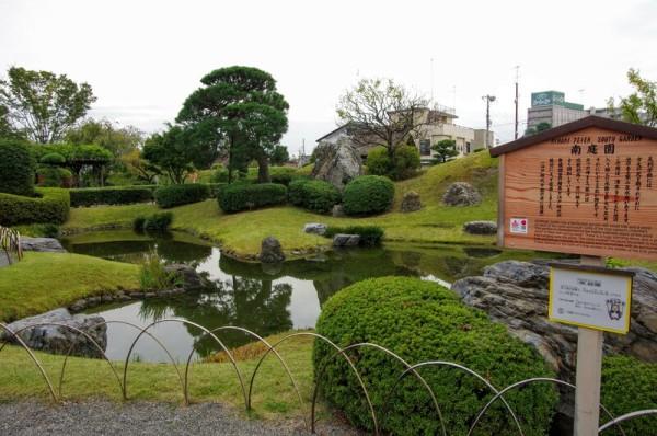 書院庭園の形態を持つ築山泉水の庭園で、巨石と老松が特色