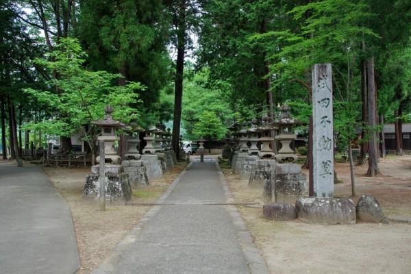 奥にある霊廟には通常は「武田不動尊三尊像」が安置されている